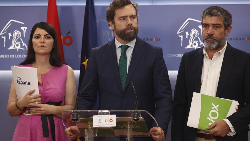 El portavoz parlamentario de Vox, Iván Espinosa de los Monteros, comparece junto a sus compañeros Macarena Olona y Enrique Cabanas.