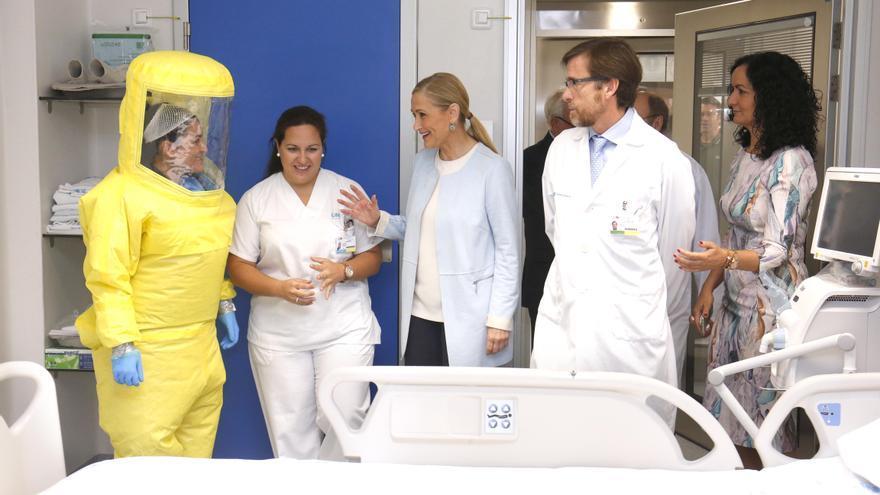Cristina Cifuentes visitando una unidad de La Princesa-Carlos III.