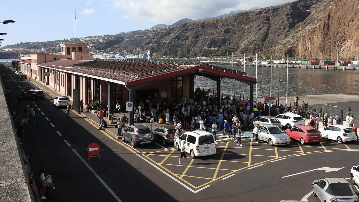 Aglomeración en el Puerto de Santa Cruz de La Palma. (ALEJANDRO RAMOS)