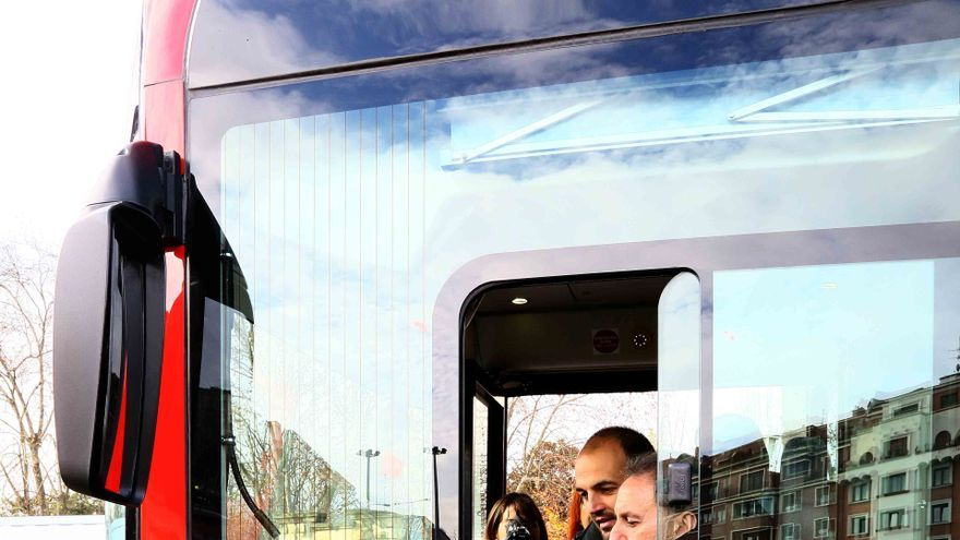 Alfonso Gil, en uno de los autobuses de la capital vizcaína.
