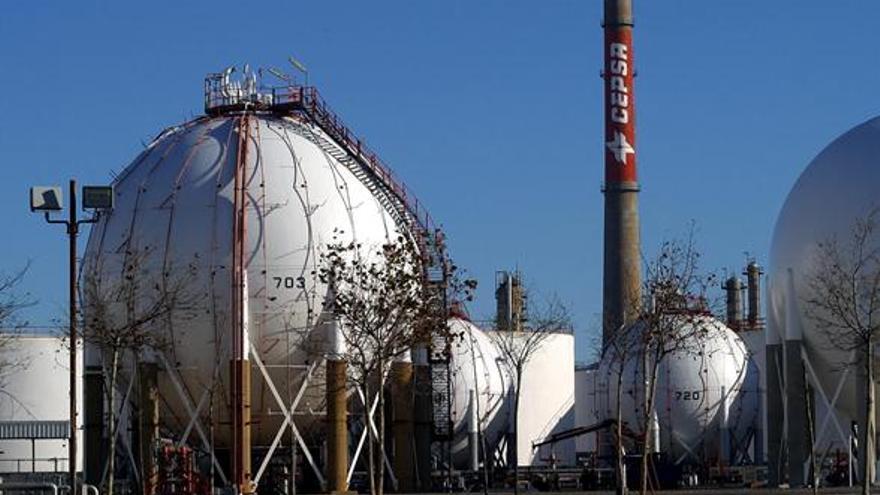 Refinería de CEPSA en el perímetro del puerto de Huelva.