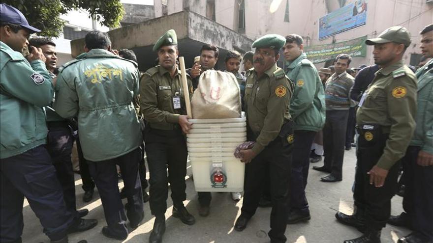 Al menos 100 colegios electorales arden en Bangladesh antes de las elecciones