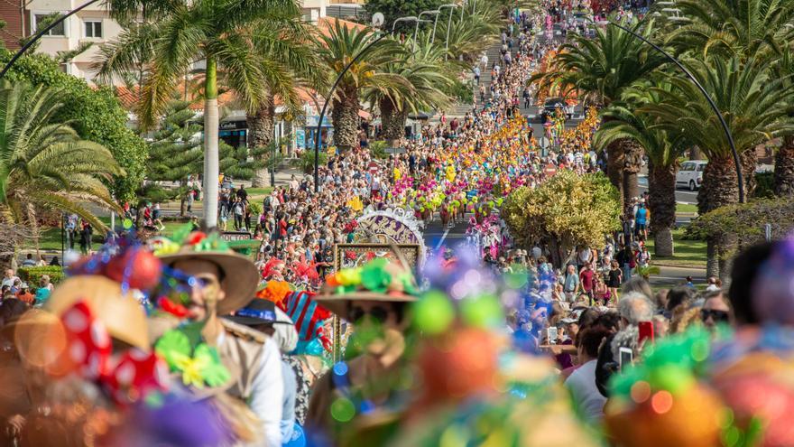 Un momento del desfile de este domingo, en una avenida de Los Cristianos
