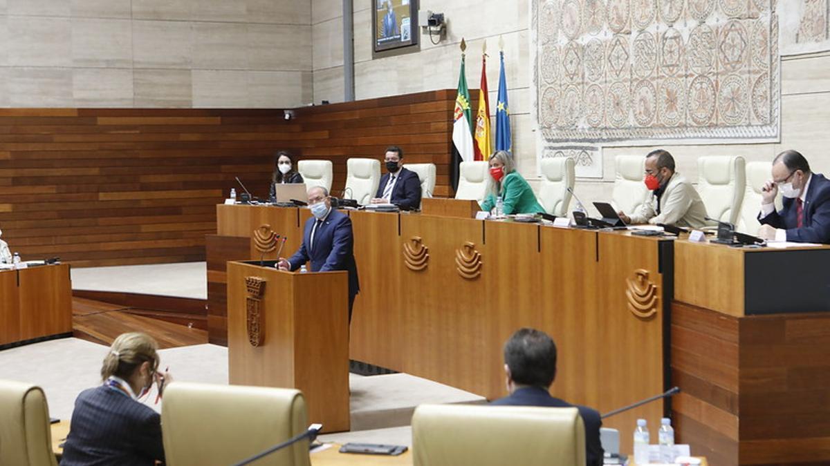 El presidente del PP, José Antonio Monago, se dirige al presidente de la Junta, Guillermo Fernández Vara