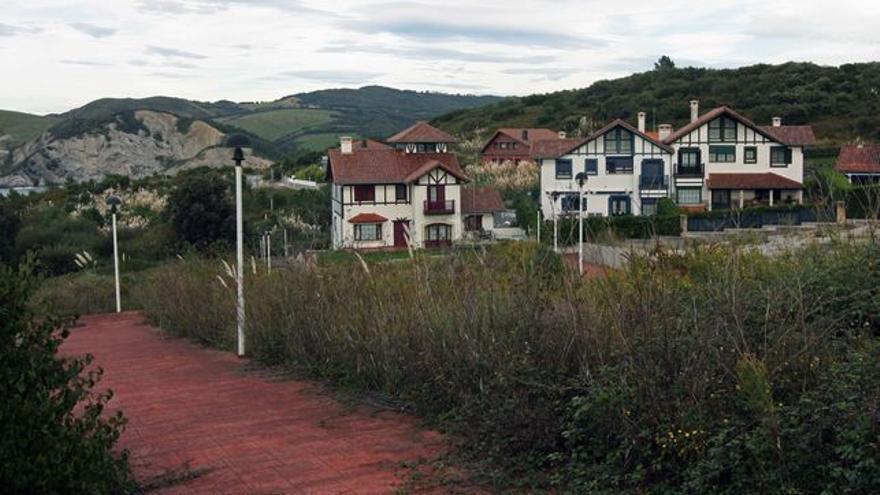 Vista de los chalés construidos ilegalmente en Barrika, en la costa vizcaína.