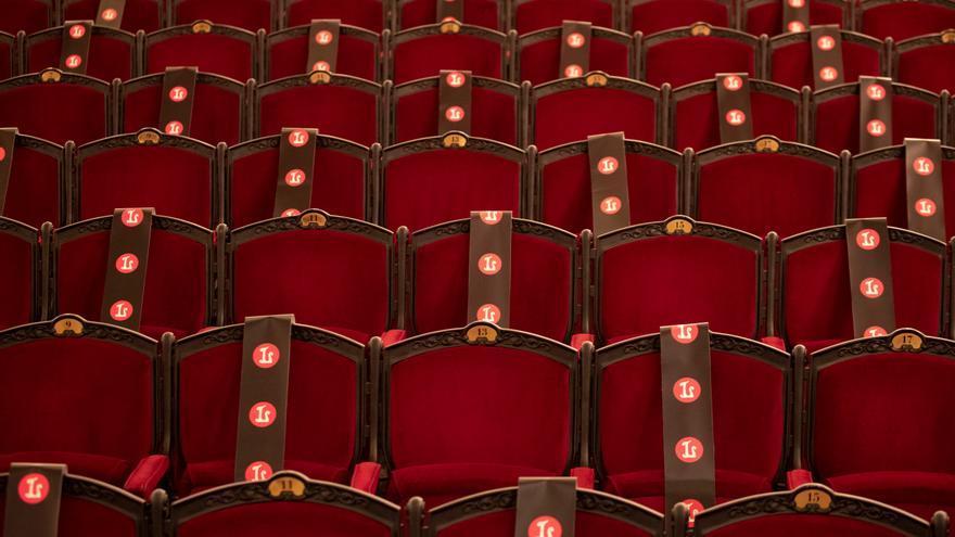Aspecto del patio de butacas con aforo reducido por el coronavirus en un teatro.
