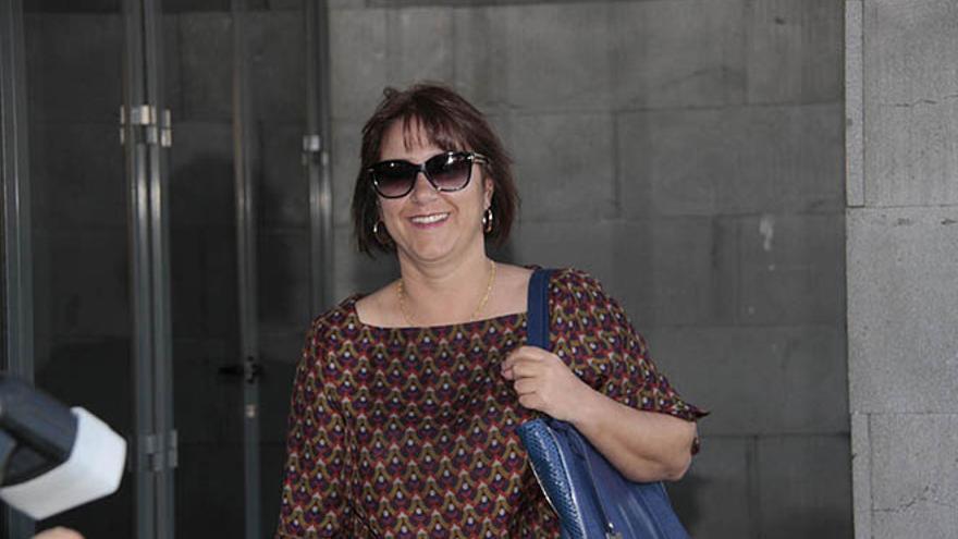 Gladys Acuña, entrando en los Juzgados de Arrecife (De la Cruz).