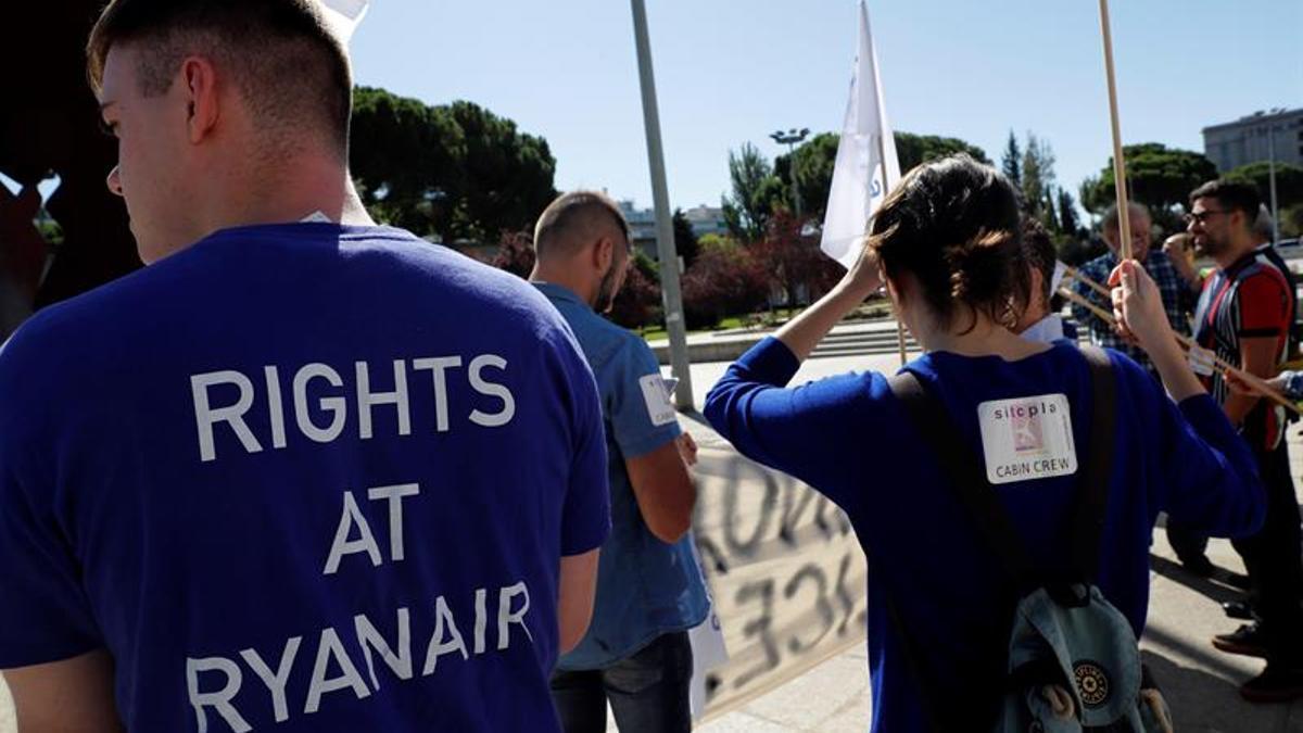 Tripulantes de cabina de Ryanair concentrados el 6 de septiembre de 2019 ante el Ministerio de Fomento en Madrid.
