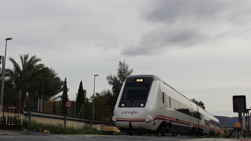 Un tren pasando por el paso a nivel del barrio de Santiago el Mayor, en Murcia / PSS
