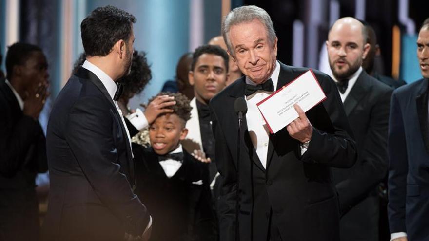 """""""Moonlight"""" gana finalmente el Óscar al mejor filme en un esperpéntico final"""
