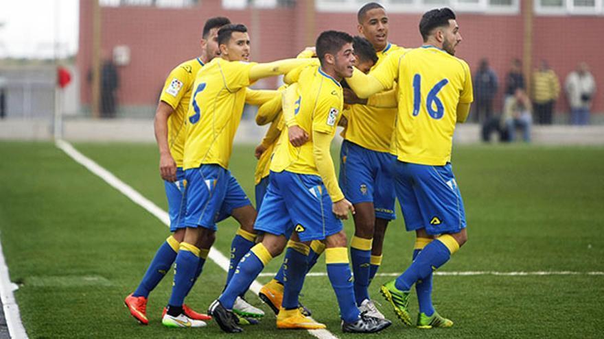 Los jugadores de Las Palmas Atlético celebran el tanto ante el filial colchonero. FOTO: Iván León Santiago / www.udlaspalmas.es