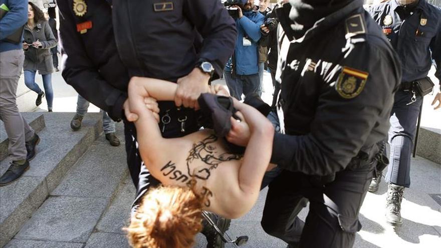 Femen protesta a las puertas del Congreso contra Ley de Seguridad Ciudadana