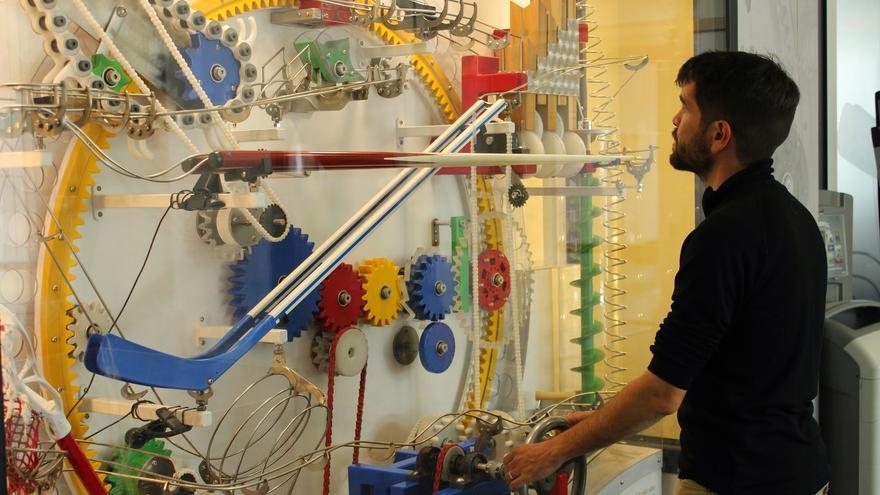 Un 'googler' jugando con uno de los complejos expositores de la compañía en Mountain View (Imagen: Google)
