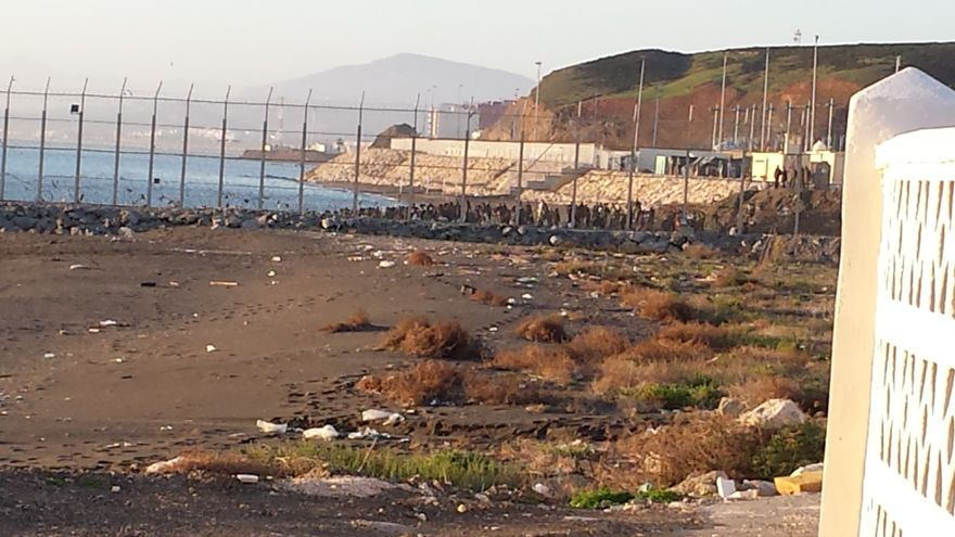 Imagen realizada desde Ceuta, con un grupo de personas de origen subsahariano al fondo.