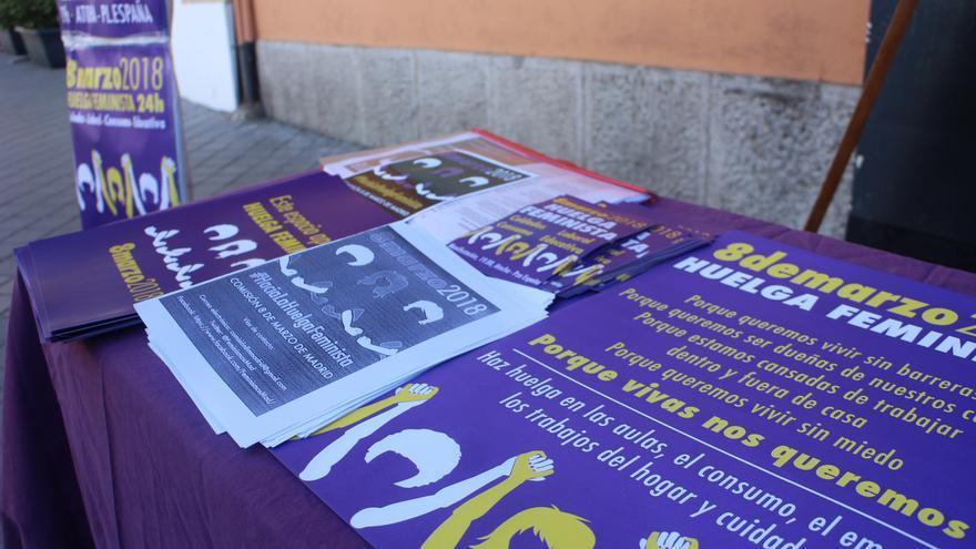 La mesa con folletos en el mercado de Santa María de la Cabeza