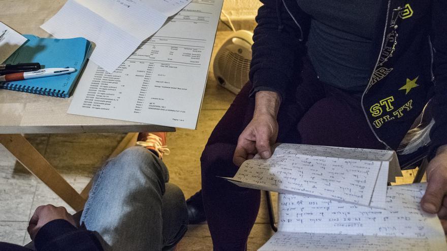 Dos miembros del colectivo Cassandra leyendo una carta de una presa de Brians 1