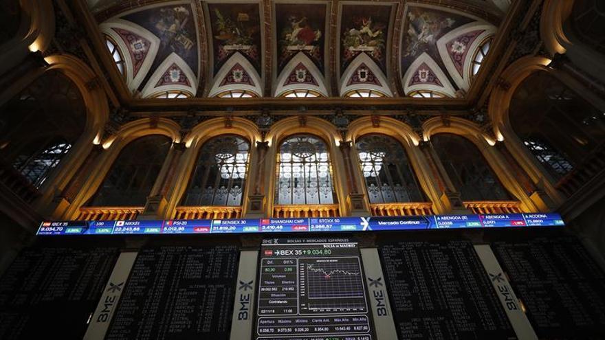 El IBEX 35 baja un 0,76 % tras la apertura, lastrado por los bancos
