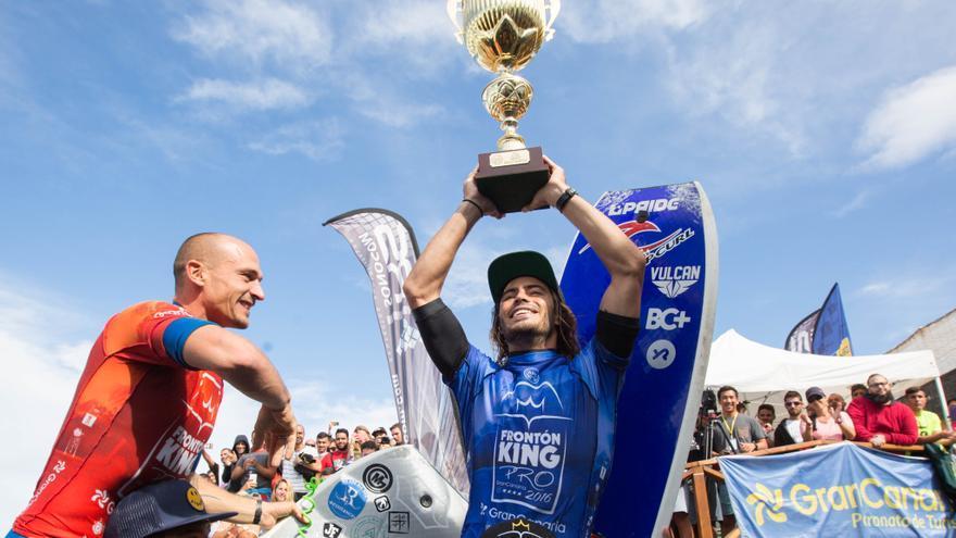 Pierre Louis Costes levantando el trofeo de campeón del mundo de bodyboard.