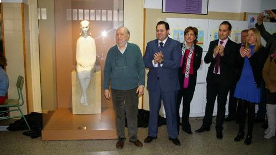 El escultor junto al alcalde de Almansa en un acto