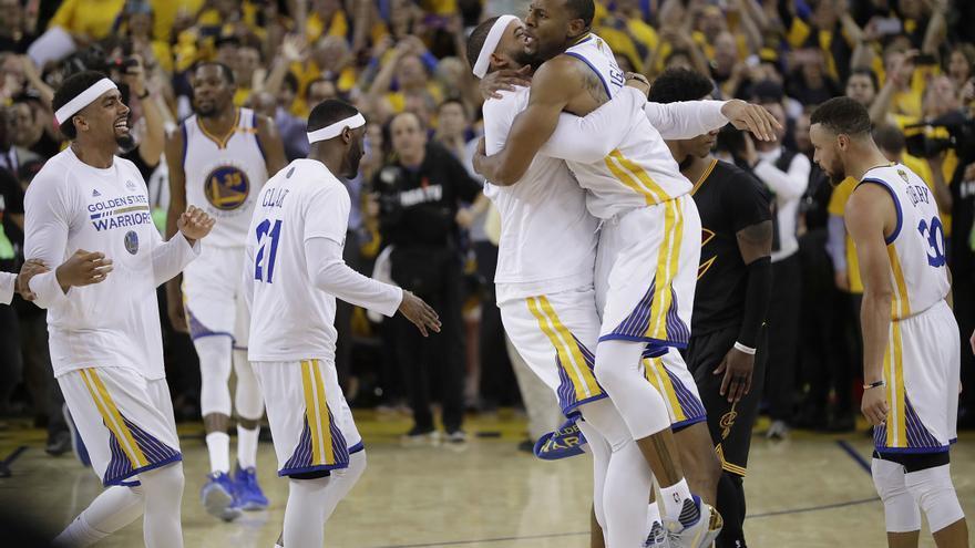 Los jugadores del Golden State Warriors celebran la victoria de la NBA tras ganar a los Cleveland Cavaliers.