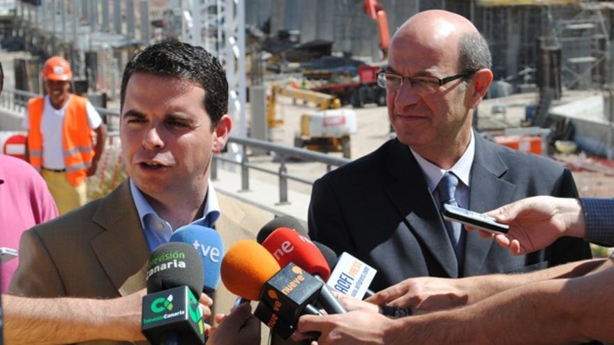 Lucas Bravo de Laguna y Miguel de la Villa, delante de las obras del Palacio Multiusos.