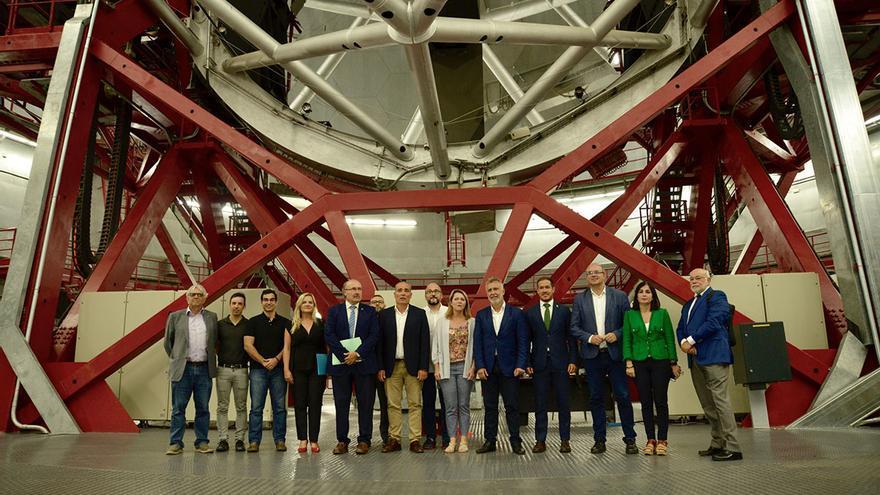 En la imagen, los asistente de la reunión de apoyo a la instalación del TMT en La Palma celebrada este viernes, en el interior de la cúpula del Gran Telescopio de Canarias (Grantecan o GTC).