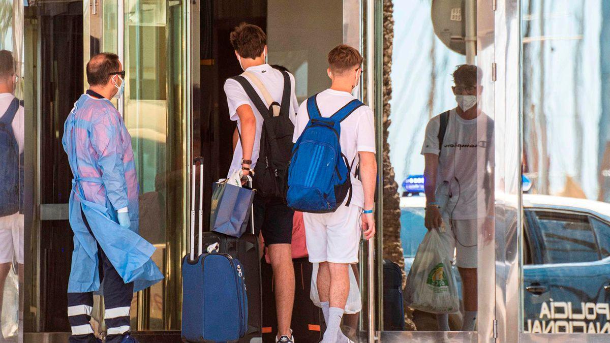 Estudiantes entran al hotel de Mallorca donde están confinados por el brote detectado
