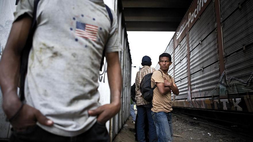 Emigrantes centroamericanos en Lechería, México, esperando el tren de mercancías en el que viajan como indocumentados hacia los Estados Unidos. FOTO: Edu Ponces / RUIDO Photo