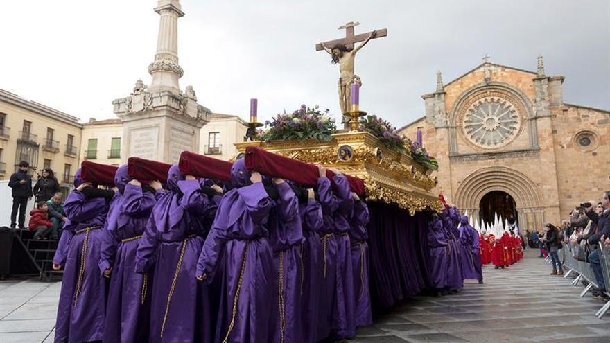 Ávila vive su procesión más joven y estudiantil