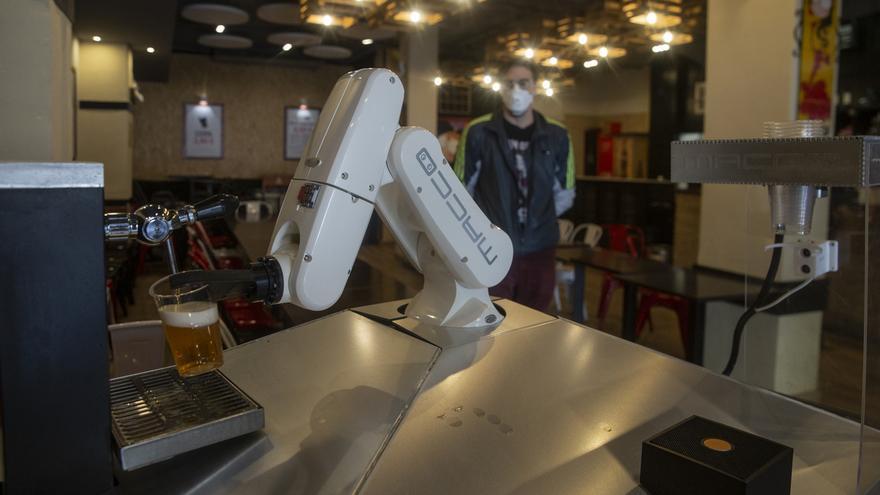 "Un bar de Sevilla incorpora un brazo robótico para servir cervezas de modo totalmente ""higiénico"""
