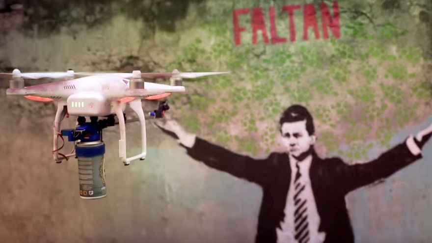 Droncita, el drone grafitero, en su intervención simbólica contra Enrique Peña Nieto