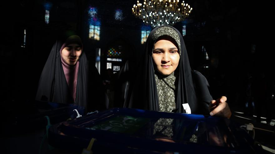 Una mujer vota en las elecciones parlamentarias de Irán.
