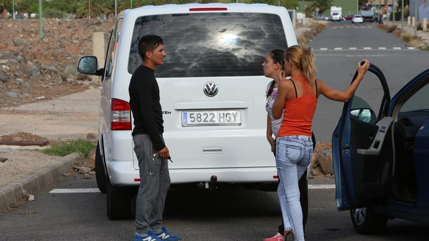 Familiares de Yéremi Vargas se acercan a la zona del hallazgo, en Vecindario. (Foto:Alejandro Ramos).