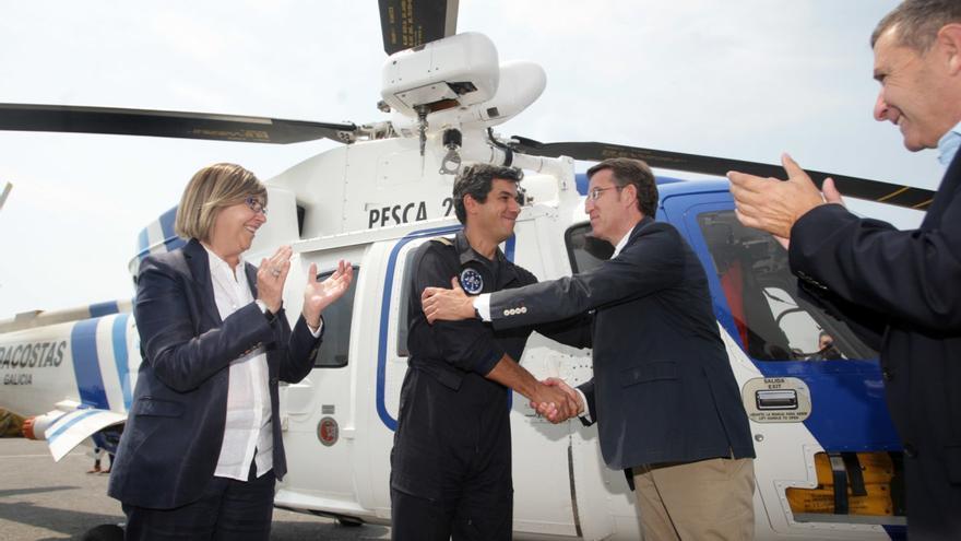 Feijóo y la conselleira do Mar, en un acto ante uno de los helicópteros vendidos por la Xunta