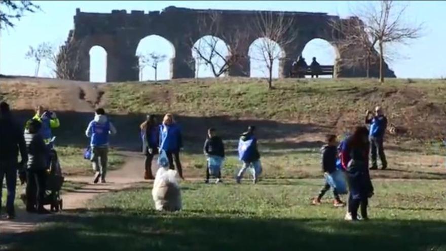 """Los chalecos azules de """"Recupera Roma"""" luchan contra degradación de la ciudad"""