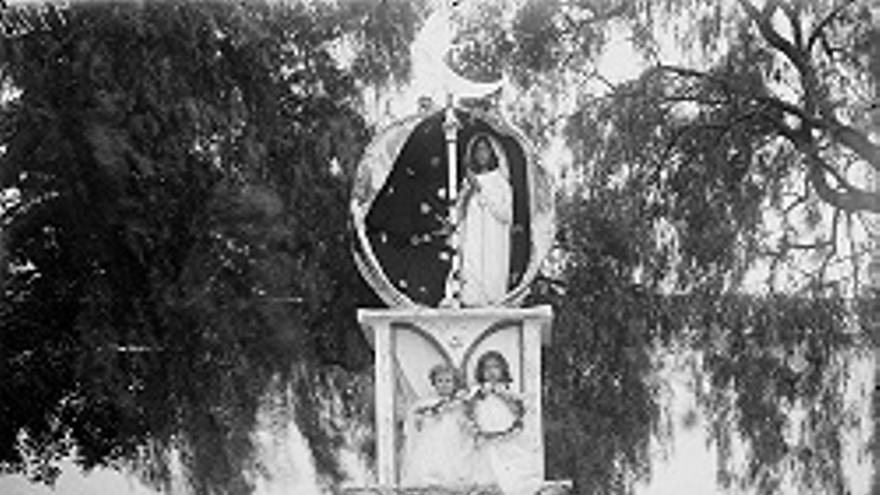 Foto de 1909 de un acto de la Fiesta de La Patrona de Los Llanos.