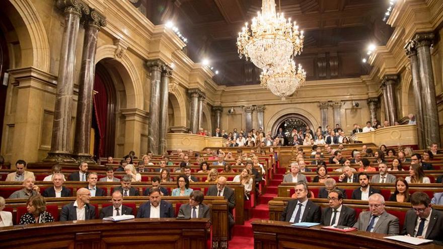 El Parlament aprueba la ley para amparar el 1-O con los escaños opositores vacíos
