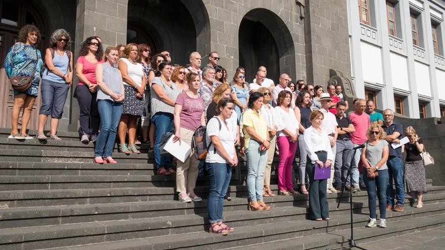 Minuto de silencio en la Universidad de La Laguna por el asesinato machista de una mujer en su puesto de trabajo en Gran Canaria.