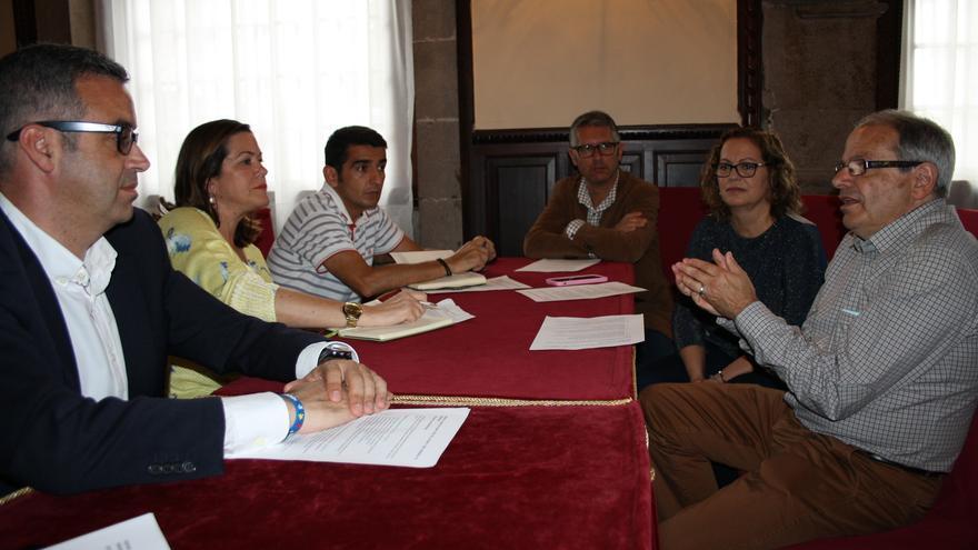 En la imagen, reunión para analizar la ubicación del Centro de Salud.