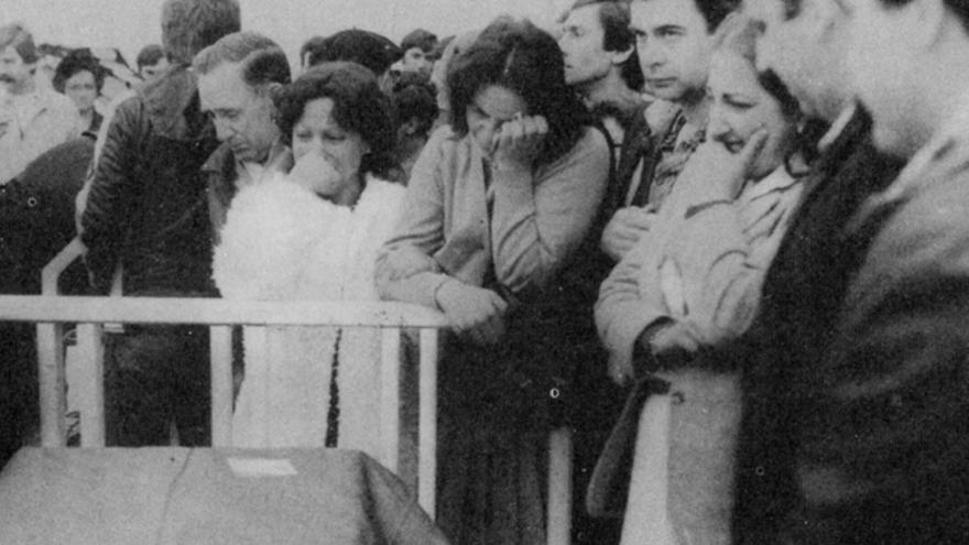 Familiares de los fallecidos durante el entierro.