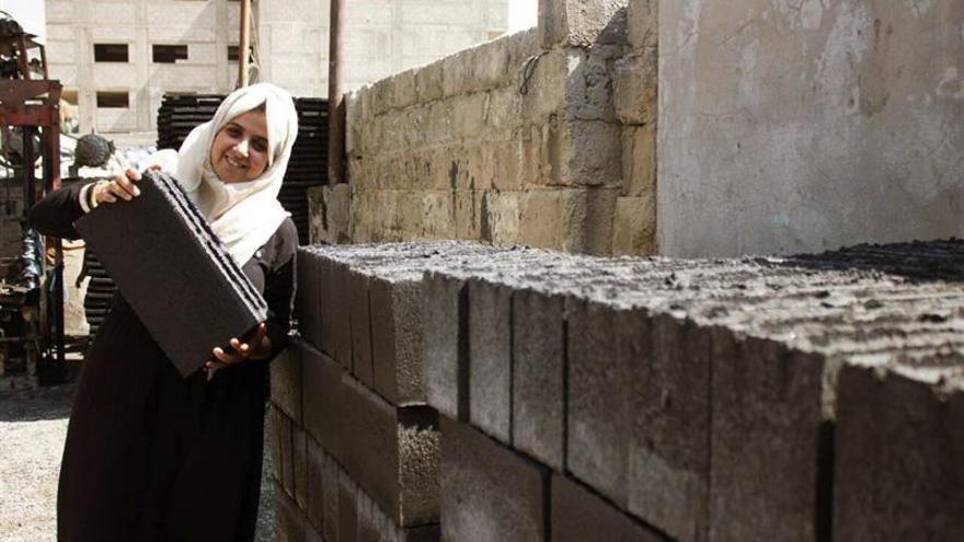 Una joven palestina construye un futuro en Gaza con ladrillos de ceniza