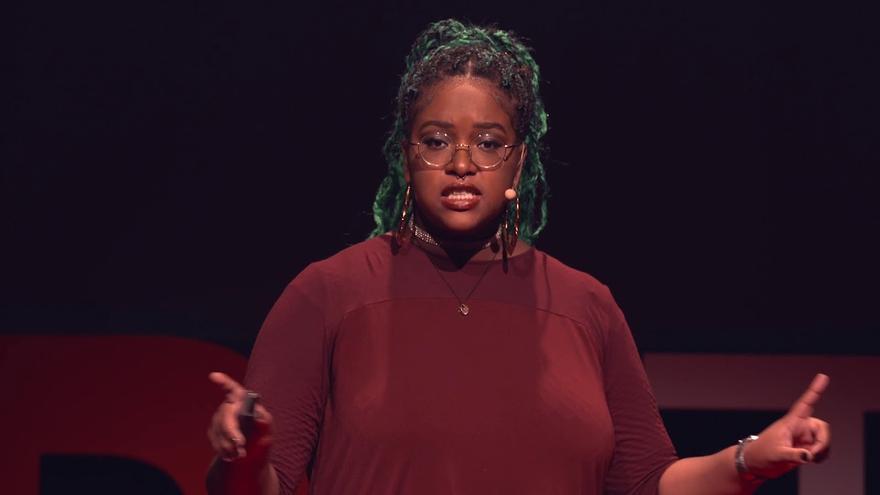 Eva Lewis, durante una charla TED.