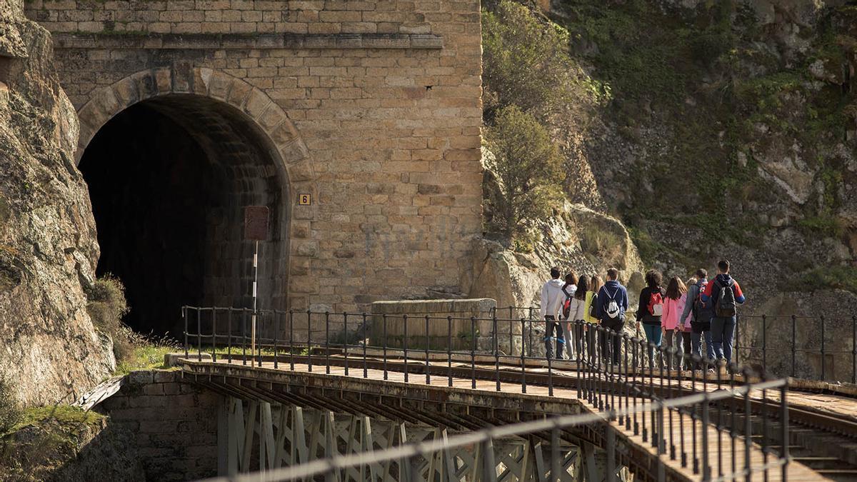 Una ruta de 17 km plagada de túneles y puentes.
