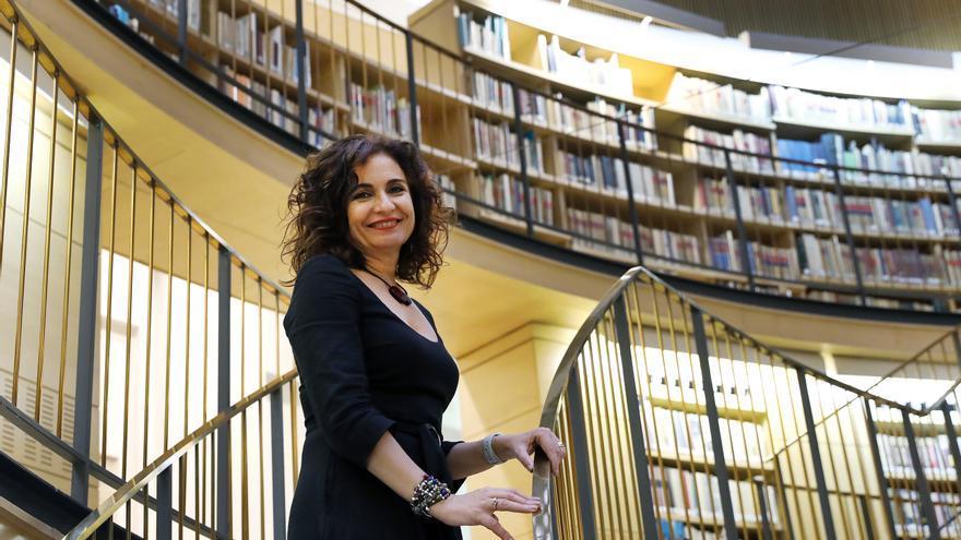 La ministra de Hacienda, María Jesús Montero, en la biblioteca del Ministerio