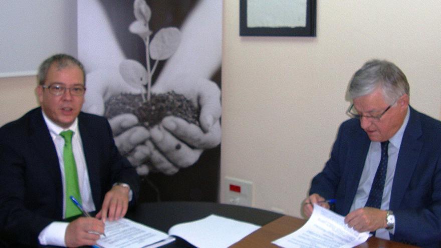 Juan García Padrón (a la derecha), en la firma de un convenio