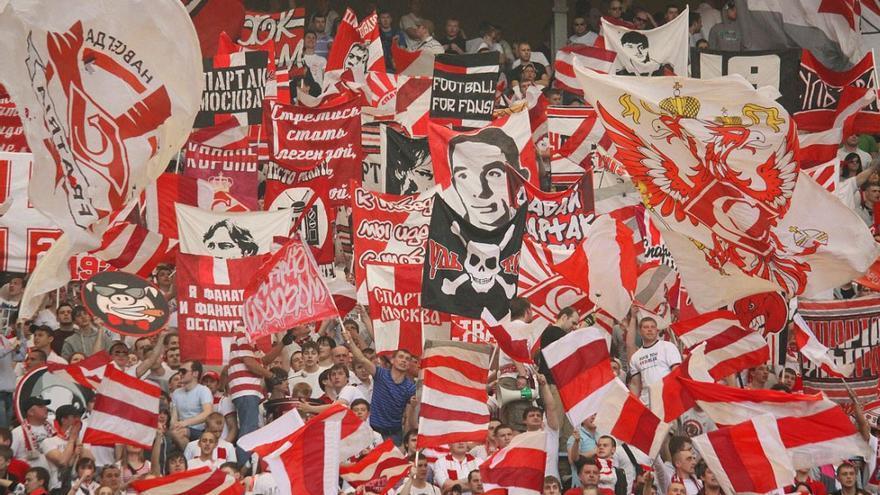 Miembros del grupo ultra Fratria, durante un partido del Spartak de Moscú / (WIKIMEDIA COMMONS)