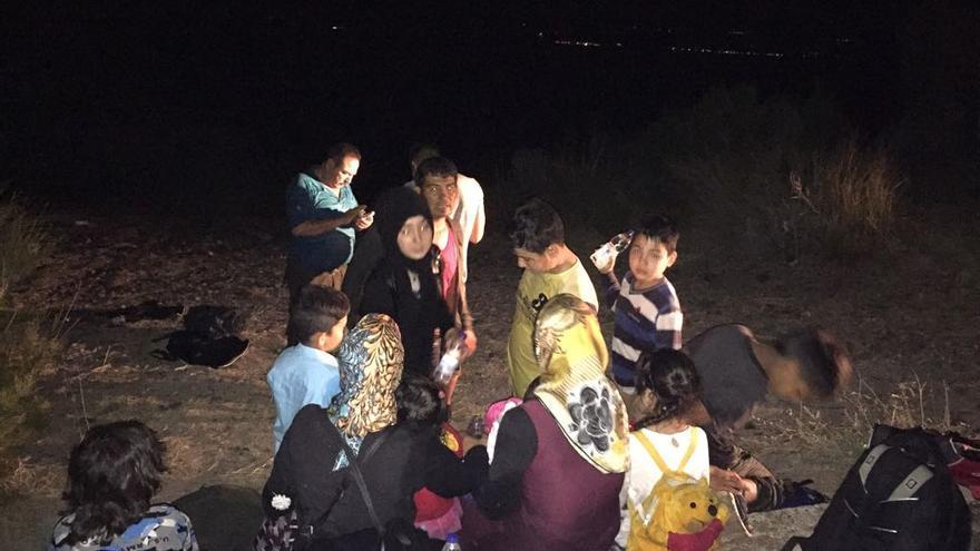Migrantes llegando a Europa por la noche