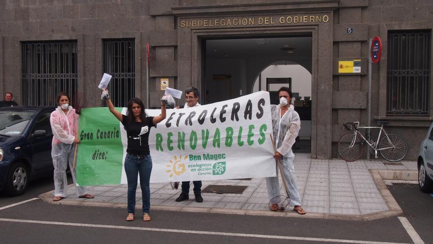 Representantes de Ben Magec intentan entregar dos bolsas de piche para enviarlas al ministro Soria