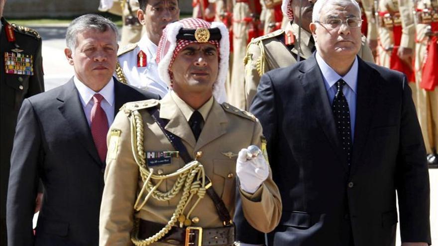"""El rey jordano promete reformas que lleven a un """"gobierno parlamentario"""""""