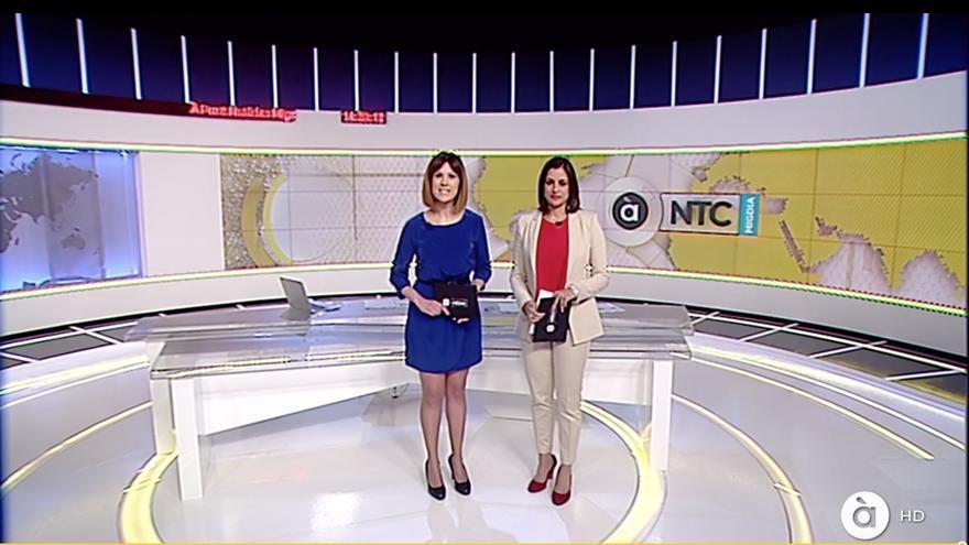 Adelaida Ferre y Vanessa Gregori, en el À Punt Notícies que ha inaugurado la nueva televisión valenciana.